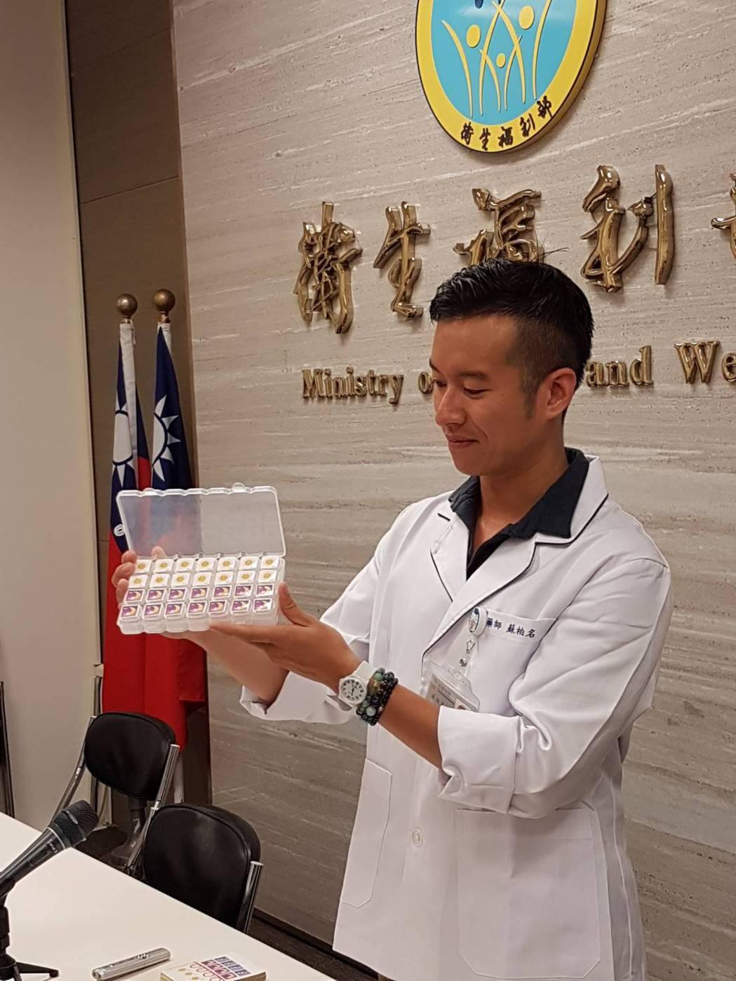 民眾應該幫助家中長輩正確使用藥品,例如,善用藥盒、撰寫用藥紀錄,標記個別藥品的用...