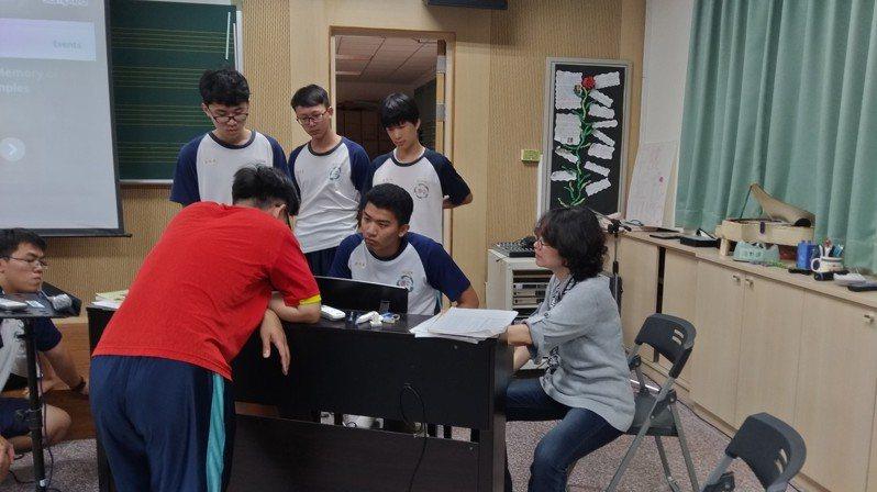 屏東高中數理資優班結合音樂和自然科的嘻哈課程,用物理化學原理名詞做出動聽饒舌歌。圖/屏中音樂教師黃錦蘭提供