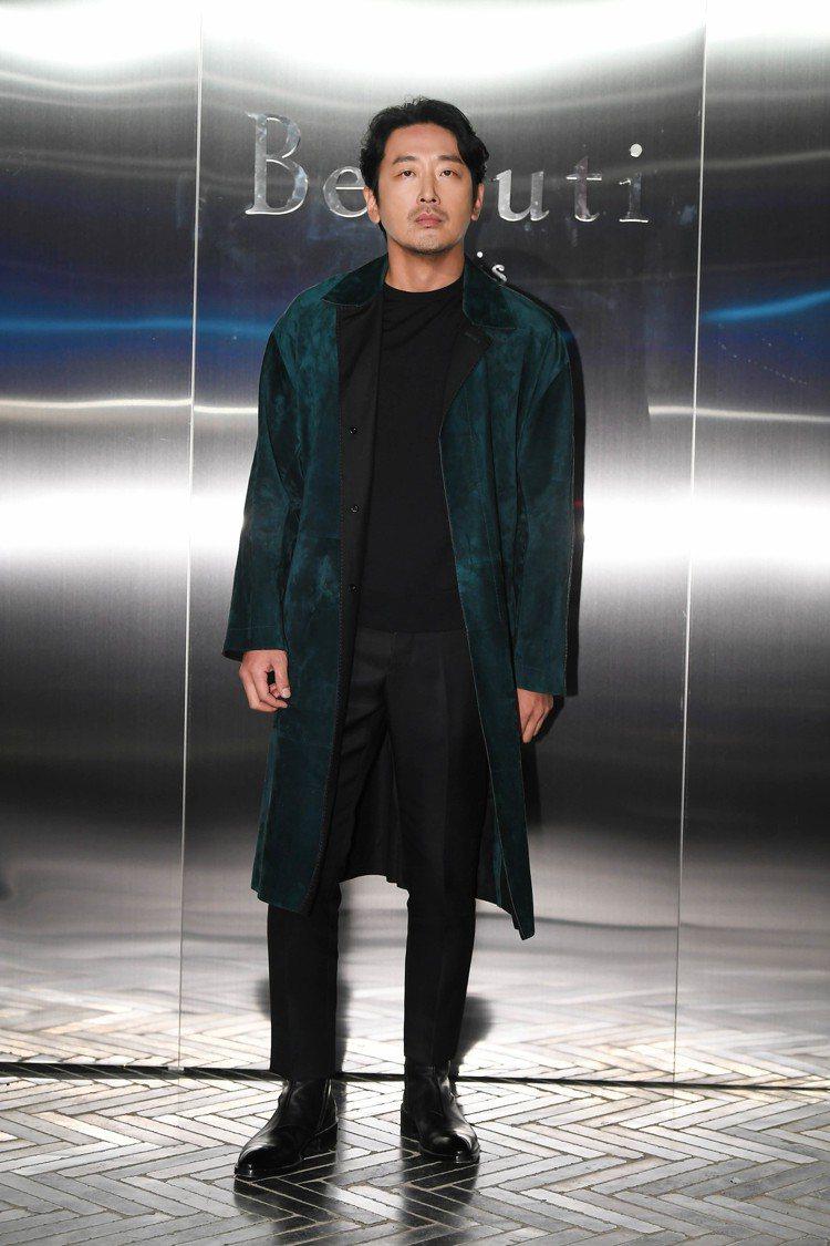河正宇出席Berluti活動,以一襲落肩長版綠色麂皮大衣搭配了黑色T恤和修身黑褲...