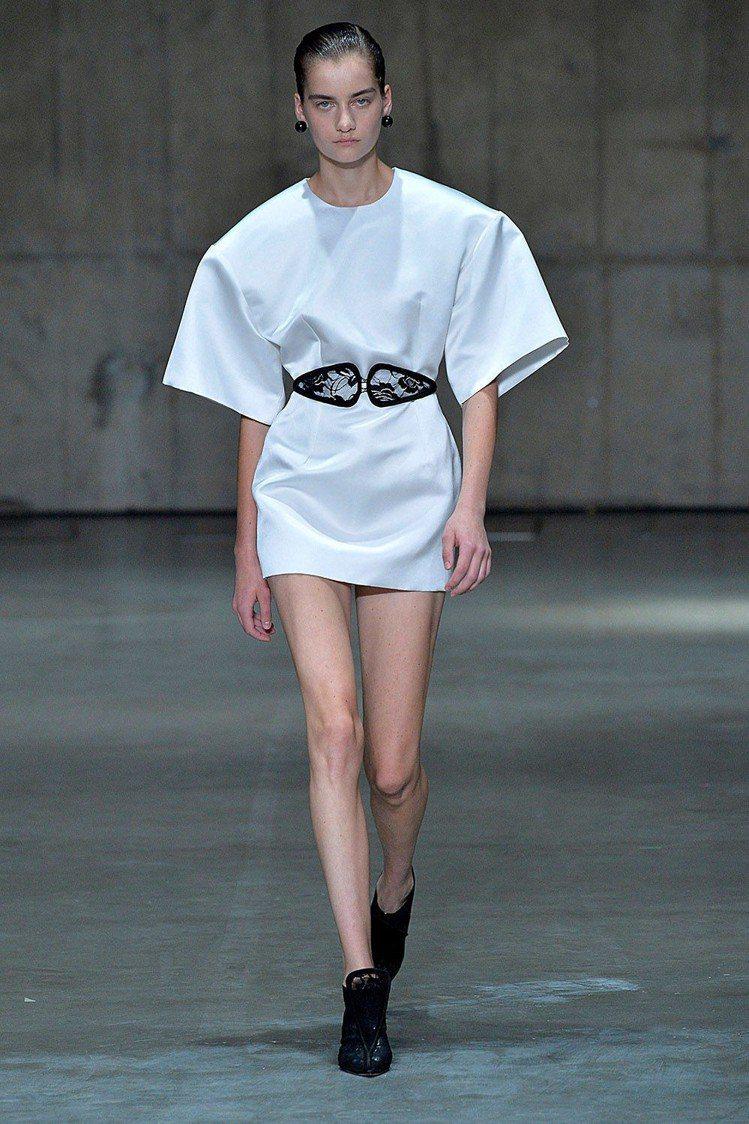 C字褲造型帶來另一種雙C腰帶的趣味。圖/取自Christopher Kane官網
