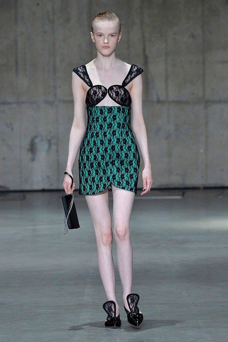C字褲變身為上衣、鞋履設計的靈感。圖/取自Christopher Kane官網
