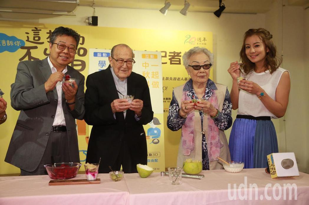藝人莎莎(右一)、102歲的賴甘霖神父(左二)、101歲京劇皇后戴綺霞(右二)一...
