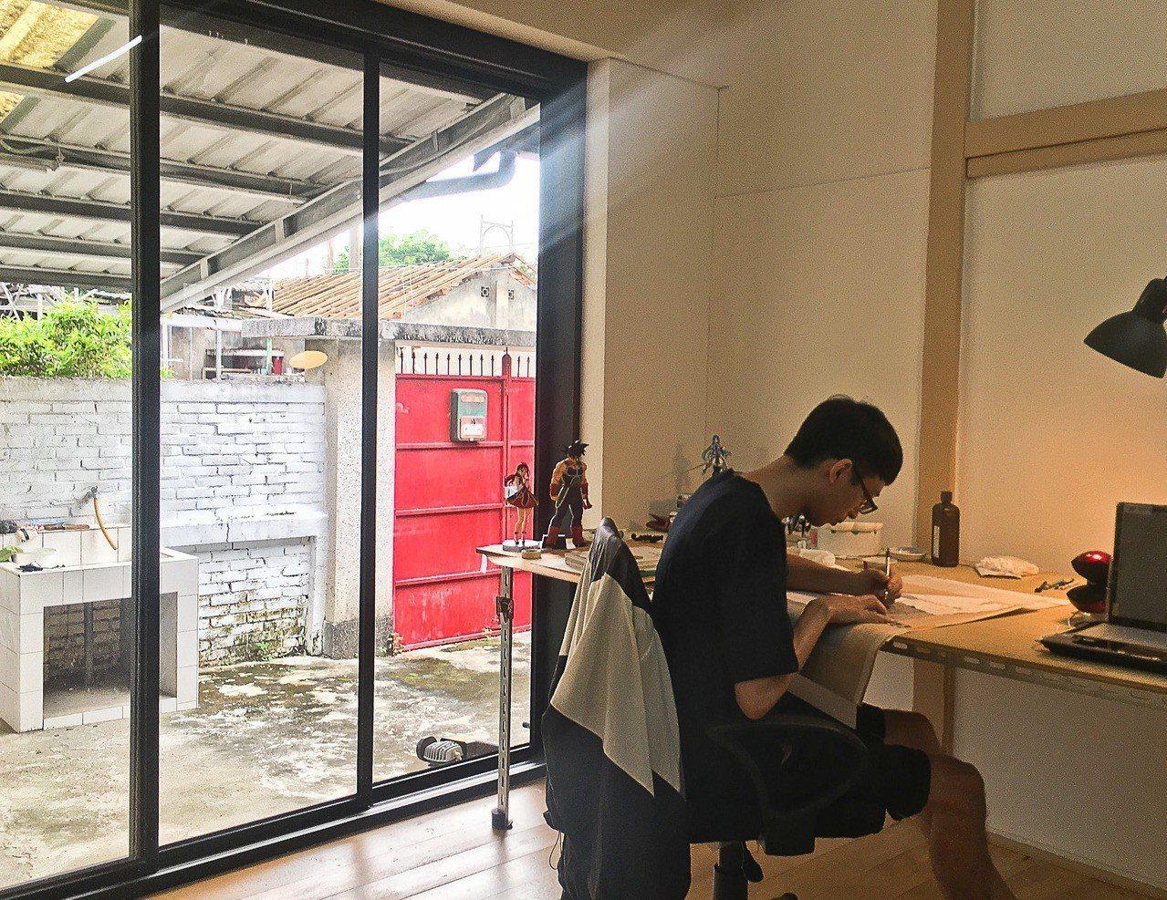 新銳藝術家詹邠申請了黃埔新村「以住代護」計畫,在眷村裡創作。記者徐如宜/攝影