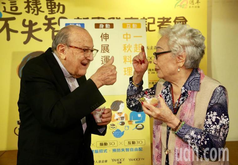 102歲的賴甘霖神父(左)、101歲京劇皇后戴綺霞(右)一起進行身動、腦動、互動...