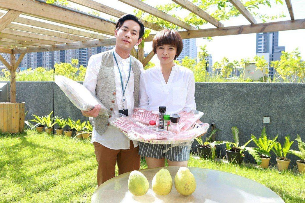 Junior烤肉直送給王瞳(右)。圖/民視提供