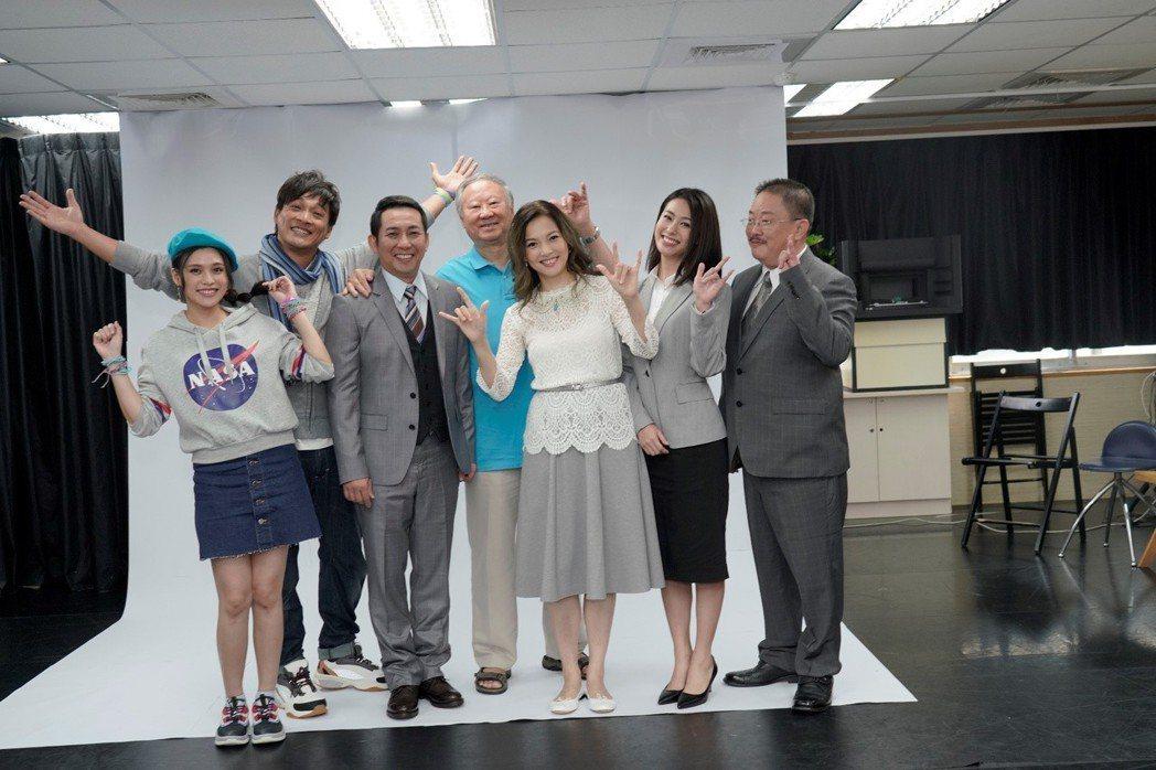 聽障主播王曉書(右三)首度挑戰舞台劇。圖/果陀劇場提供