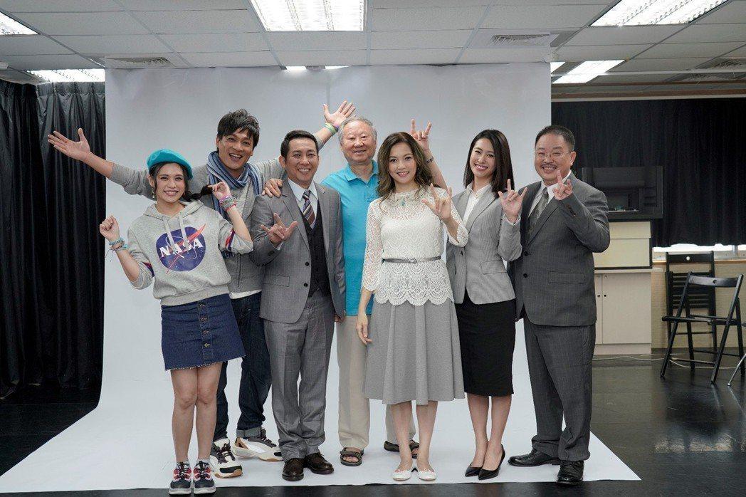 聽障主播王曉書(右三)首度挑戰舞台劇  圖/果陀劇場提供