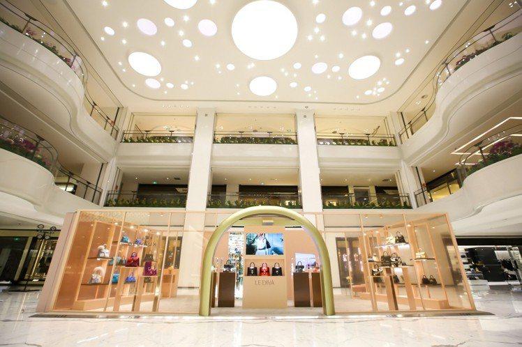 DELVAUX日前在北京開設透明的快閃店,發表Le Diva系列。圖/DELVA...