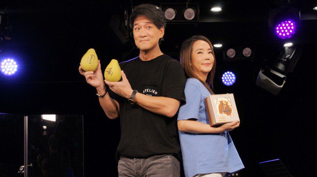 周華健(左)驚喜探班,讓辛曉琪驚嚇又感動。圖/滾石唱片提供