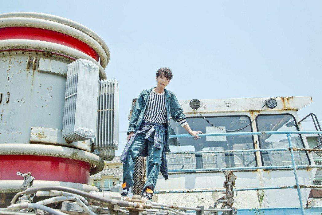 陳勢安為新歌MV一天跑遍整個大台北。圖/華納提供