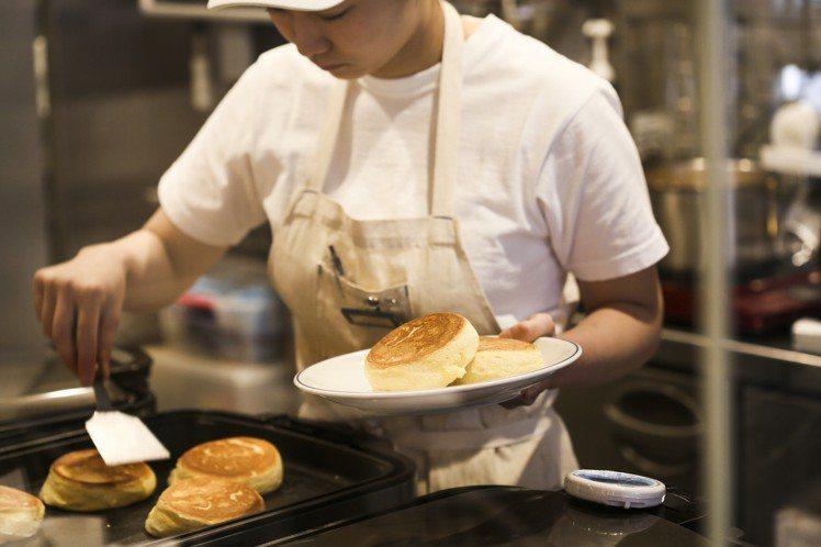 透明櫥窗可見FLIPPER'S鬆餅製作過程。圖/FLIPPER'S提供