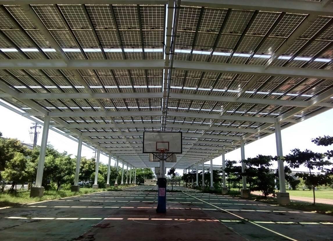 高雄市鳳翔國中完成全國首座由業者全額出資興建的太陽能光電風雨球場,約4.5座籃球...