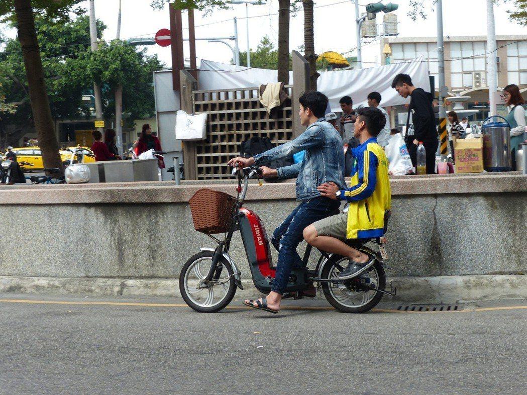 電動自行車常發生肇事逃逸找不到人,全台現有超過卅萬輛趴趴走,交通部研擬納管。 圖...