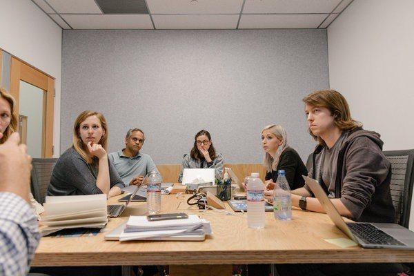 作戰室團隊領導人查拉巴提(左二)和團隊成員開會。 圖摘自/紐約時報