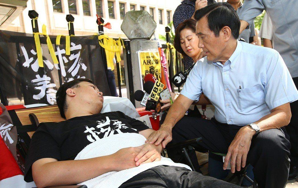 前總統馬英九(右)日前探視因中選會拒收補送連署書,絕食抗議的「以核養綠」公投領銜...