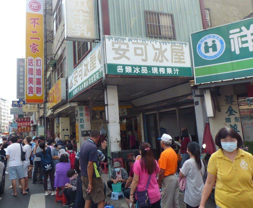 彰化市「不二家」蛋黃酥太紅了,每天清晨店外就大排長龍。 記者劉明岩/攝影