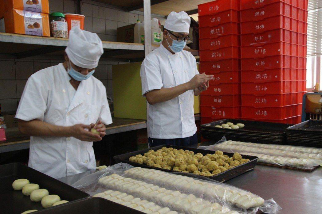 彰監有10名收容人專門製作月餅,最近訂單爆滿,忙得不可開交。 記者林敬家/攝影