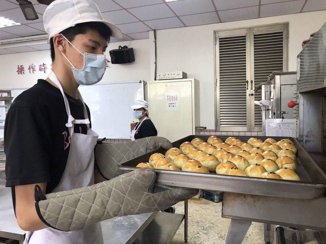 花蓮高農中秋節前推出手作的蛋黃酥,是隱藏版美食。 記者王燕華/攝影