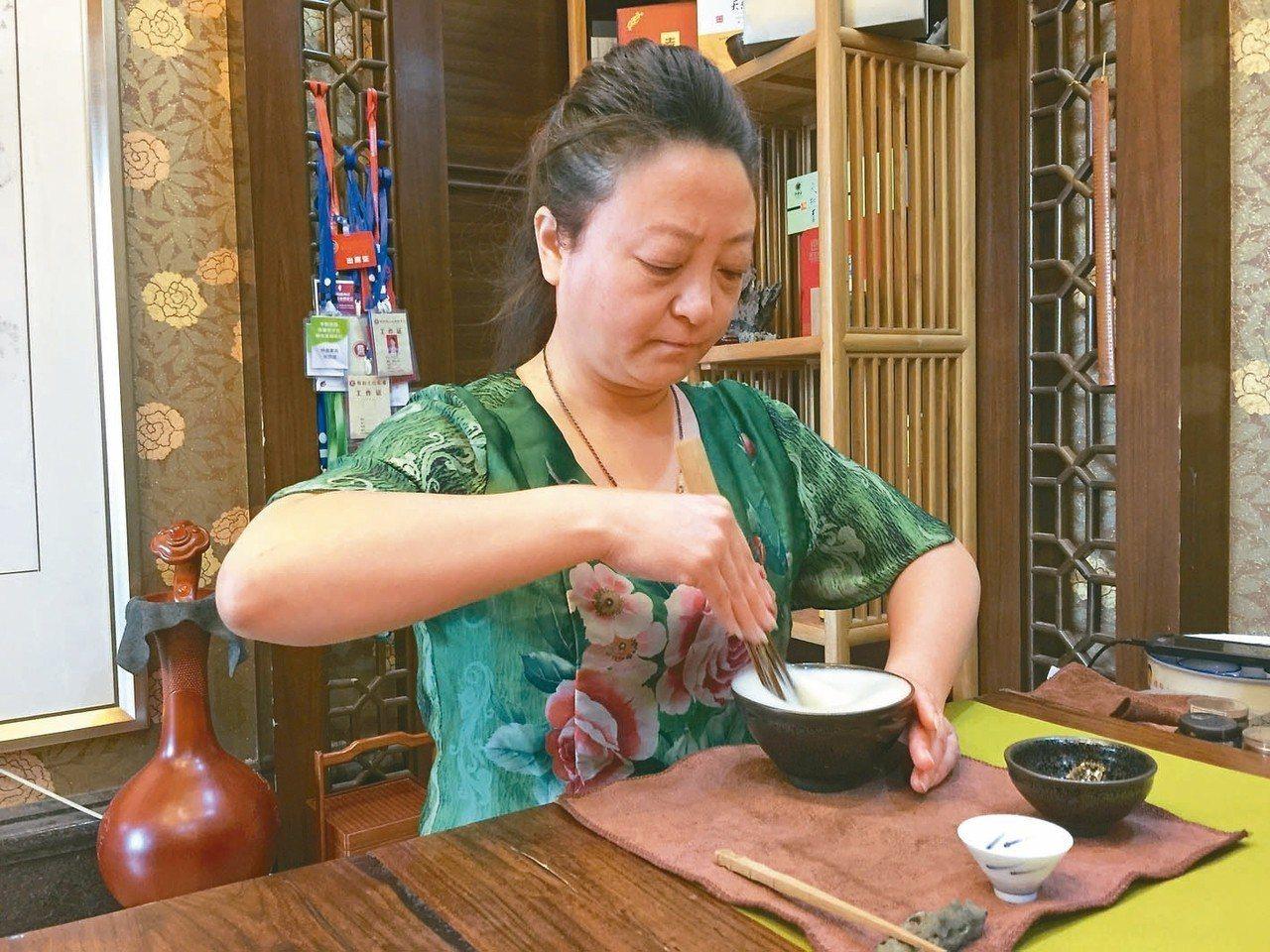 文化客廳內,老師示範宋人「點茶」。