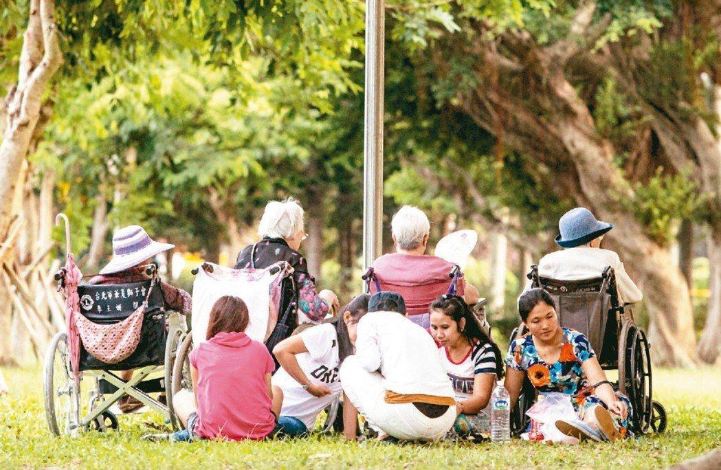 外勞家庭喘息服務即將上路,外籍看護工可望能七天休一天。 圖/聯合報系資料照片