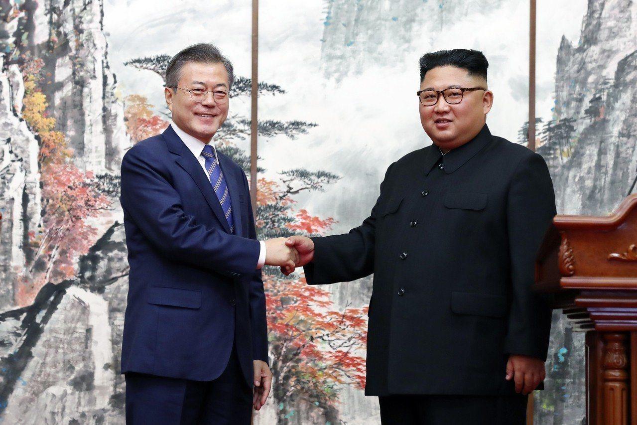 圖為上個月19日,朝鮮國務委員會委員長金正恩(右)與韓國總統文在寅在朝鮮平壤簽署...