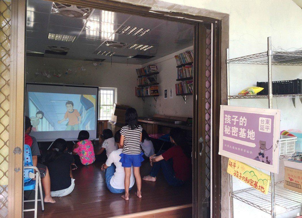 暑假午後,武陵部落的課輔班坐滿兒少,專注地看著電影,課輔班不只與Ibu合作的學校...