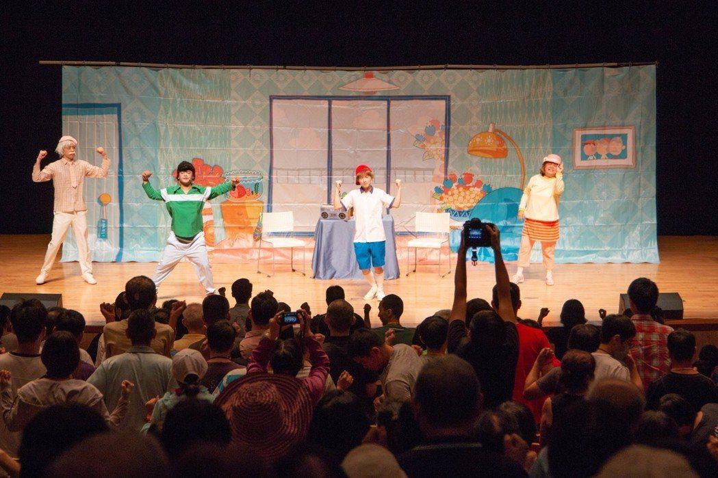 《我愛阿嬤妮》舞台劇吸引大小朋友入場觀看,一同學習失智預防。 永慶/提供