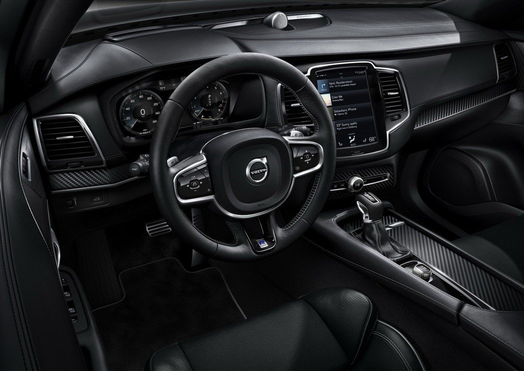 Volvo XC90 T5 R-Design 配備 R-Design專屬真皮方向盤與換檔撥片,搭配 R-Design專屬碳纖維跑車內飾板、真皮排檔頭、Nappa 透氣真皮跑車座椅與專屬車室踏墊。 圖/國際富豪汽車提供