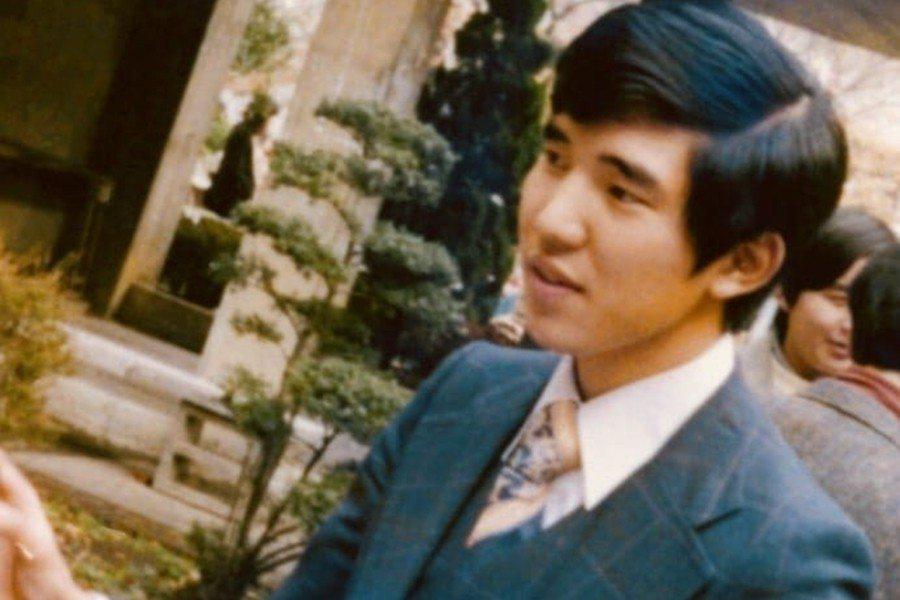 石破茂的青年時代。大學畢業後先是在銀行上班,1981年踏入政壇,1986年選上議...