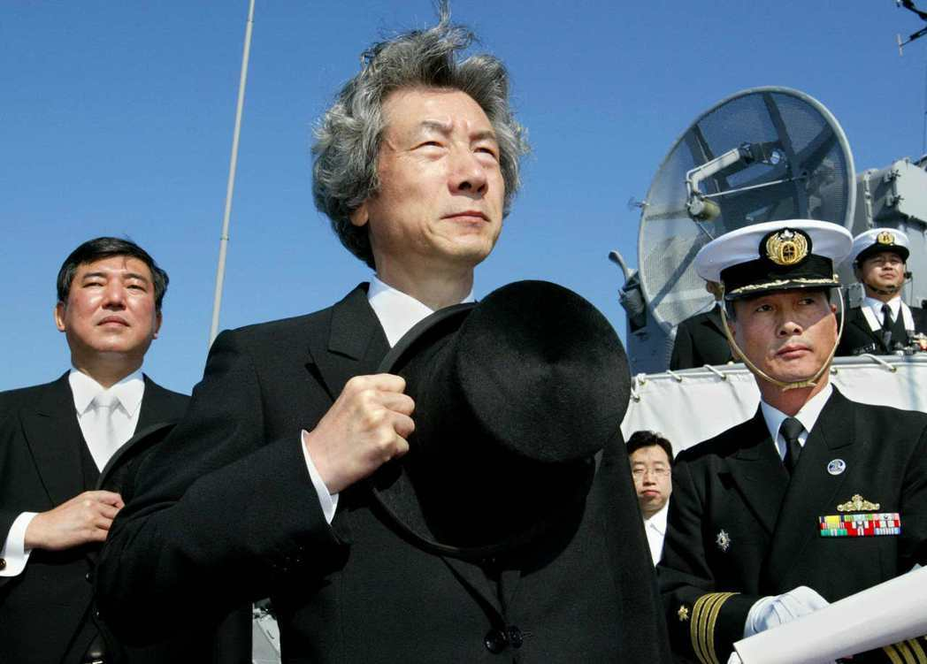 2004年,時任首相小泉純一郎(中)與石破茂(左),在相模灣的海上觀閱式上校閱艦...