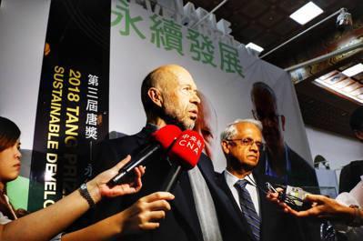 永續發展獎得主(由左至右)漢森博士、拉馬納森博士。 唐獎教育基金會/提供