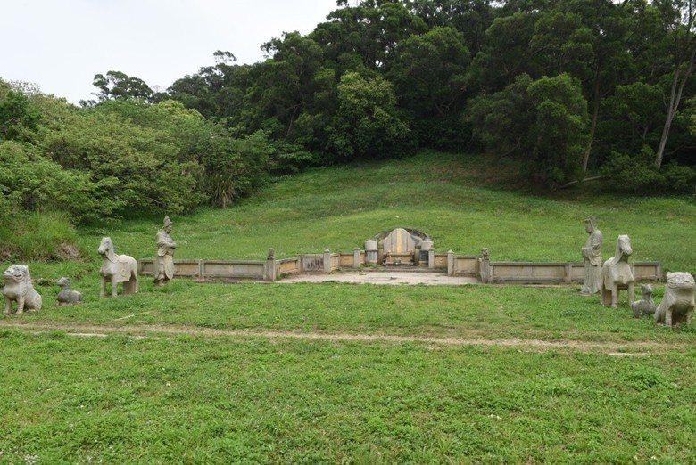 有「開臺黃甲」之稱的新竹鄭用錫墓屬於古蹟層級最高的國定古蹟。 圖/作者提供
