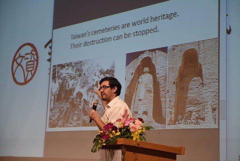 美籍人士詹姆斯在介紹台灣古墓文資的PPT簡報,上面寫著:Their destru...
