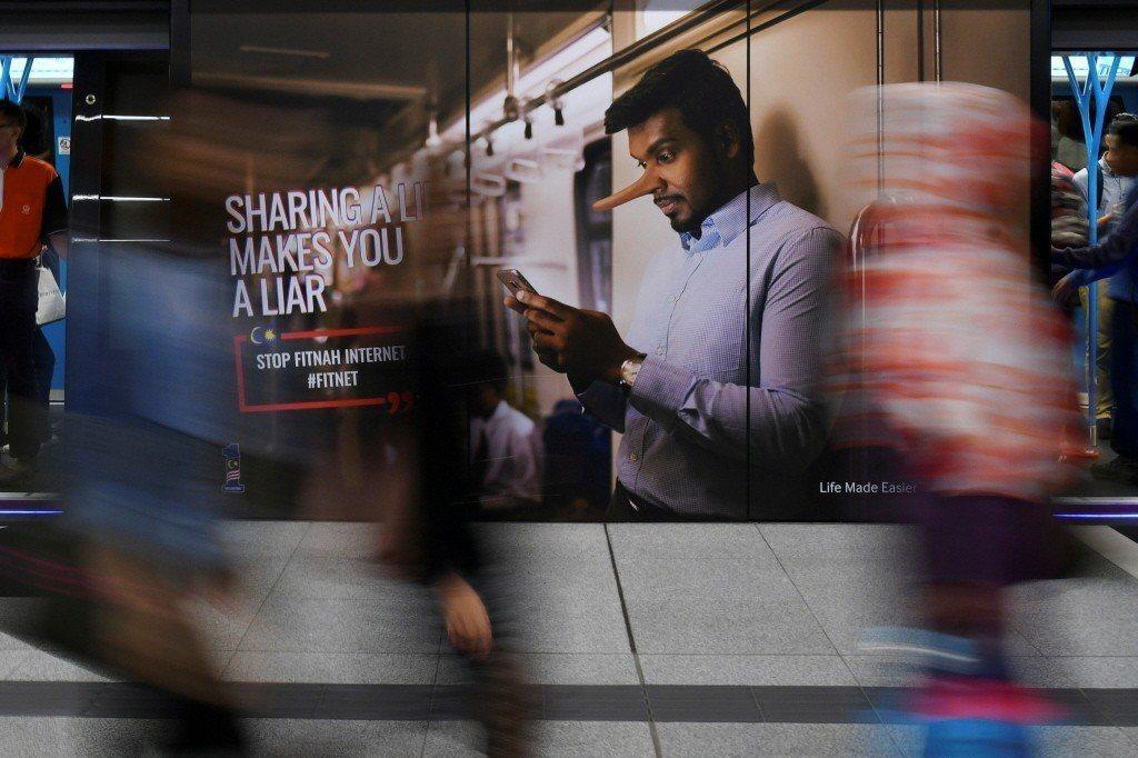 圖為馬來西亞宣導勿傳播假新聞廣告看板。 圖/路透社