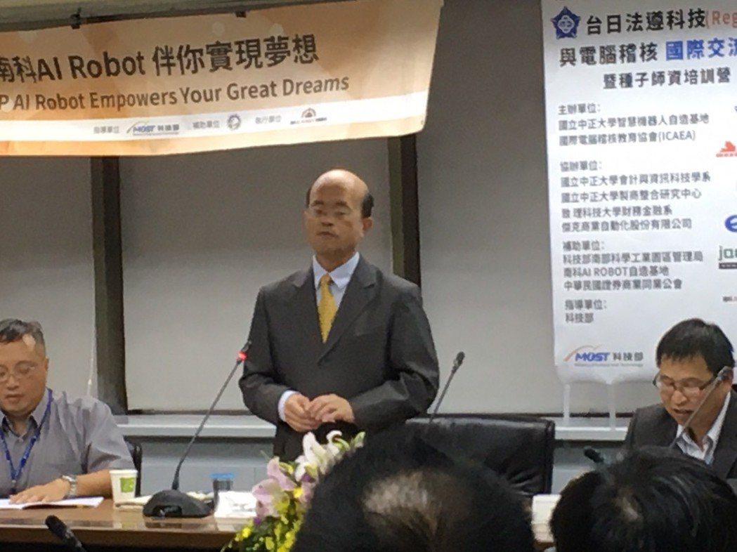 圖中為台灣中小企業銀行黃博怡董事長為論壇致詞,右一為中正大學黃士銘研發長、左一為...