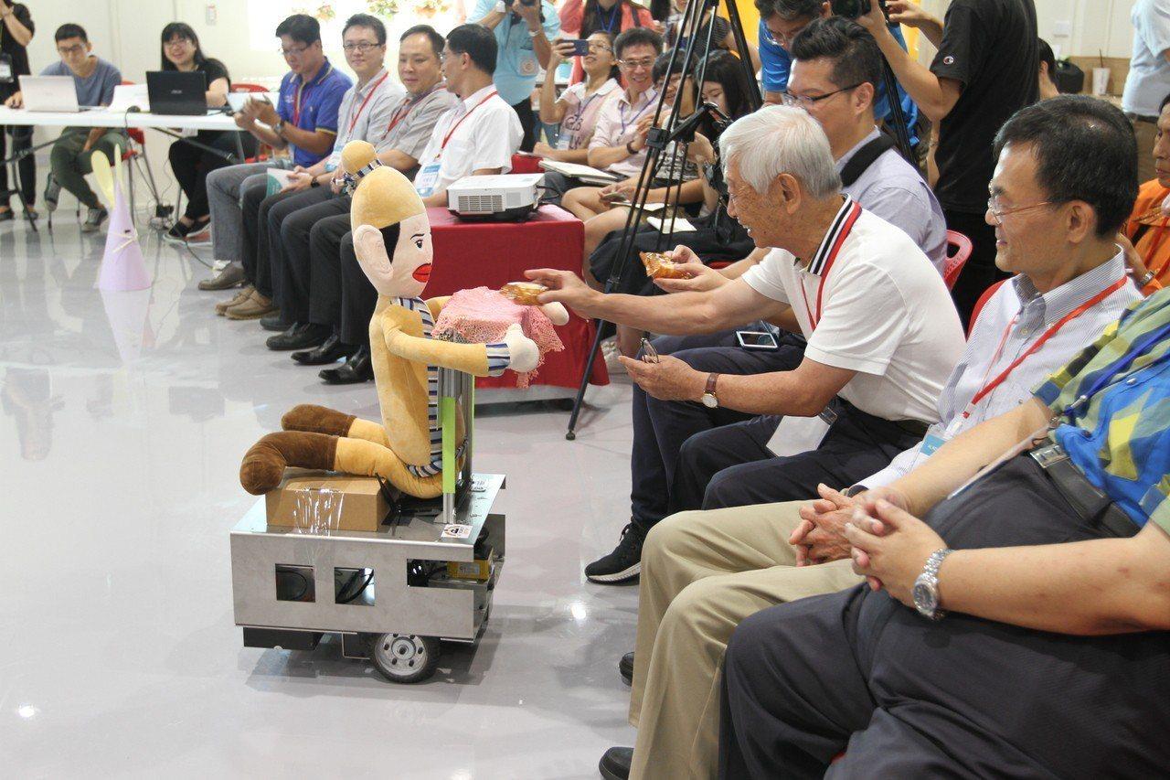 雲科大蘇國嵐教授團隊所研發的機器人,以「吳剛」罰跪(伐桂)姿態,展演「自動定位」...