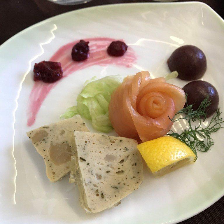 前菜-燻鮭魚和香草干貝派 圖文來自於:TripPlus