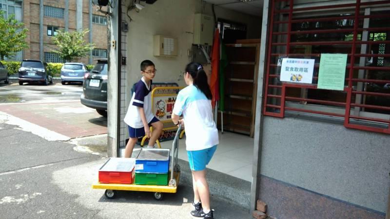 台北市永吉國中每天中午都會由學生將吃剩、可食的營養午餐統統集中到位於警衛室的冰箱中,無償供應給需要的師生和民眾。圖/台北市永吉國中提供