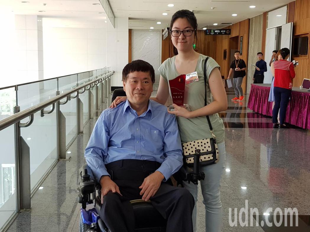 張曉雯20年來與患有小兒麻痺的父親相依為命,從小扛起照顧責任,大學時還半工半讀負...