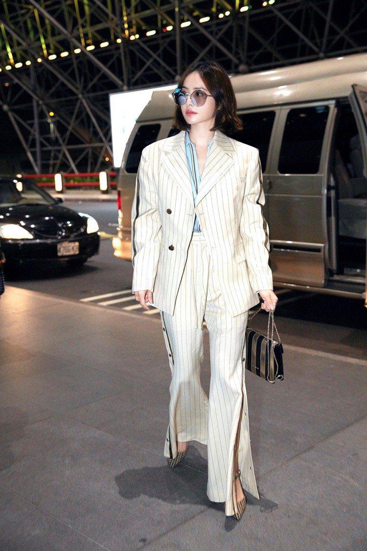 蔡依林一身條紋現身機場,出發前往米蘭「巡業績」。圖/寶格麗提供