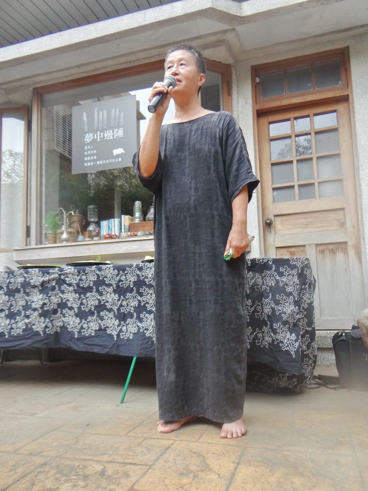 王麗萍成立競選總部不改其率性性格,打赤腳演講、接待來賓。記者蔡維斌/攝影