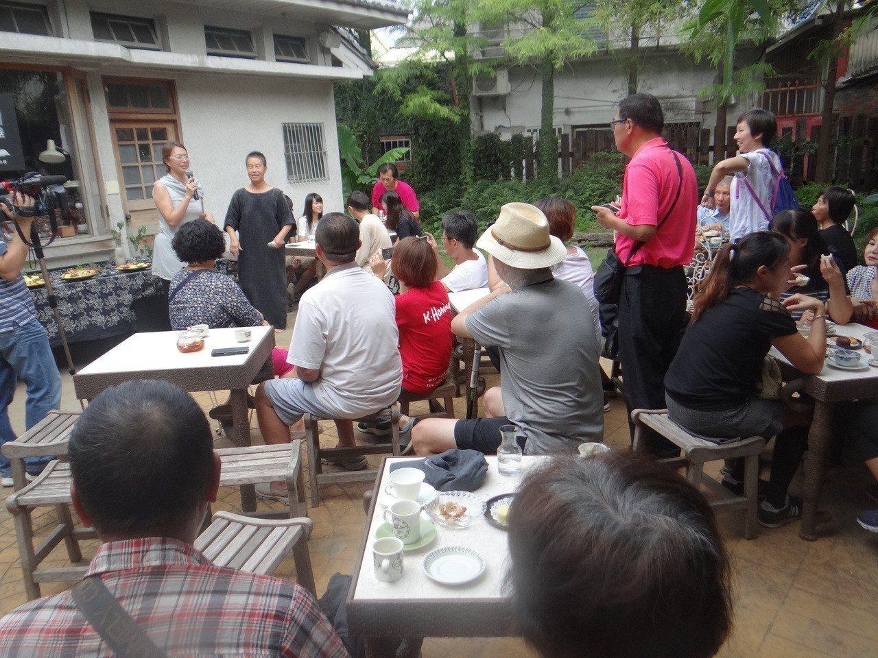 王麗萍在自己開設的書店以茶會成立總部。記者蔡維斌/攝影