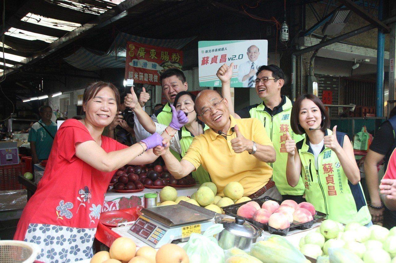 民進黨新北市長參選人蘇貞昌,今早到板橋幸德市場掃街。記者魏翊庭/攝影
