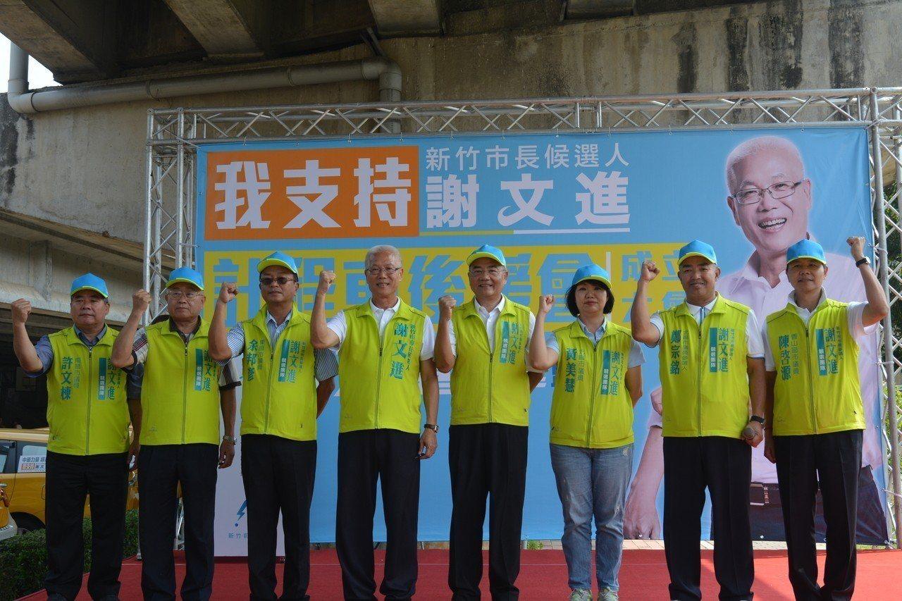 無黨籍新竹市議長謝文進(右)參選新竹市長,今天成立計程車後援會,多名議員到場力挺...