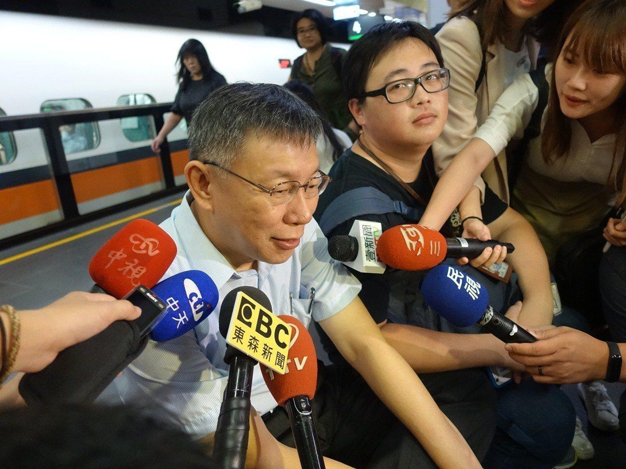 台北市長柯文哲今搭高鐵南下,到高科大演講。記者邱瓊玉/攝影