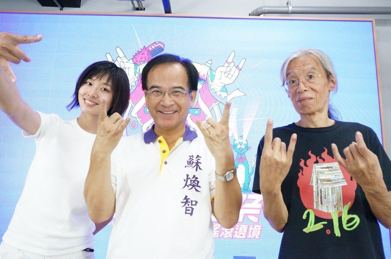 台南市長參選人蘇煥智做出搖滾手勢表示將舉辦音樂會 圖/蘇團隊提供