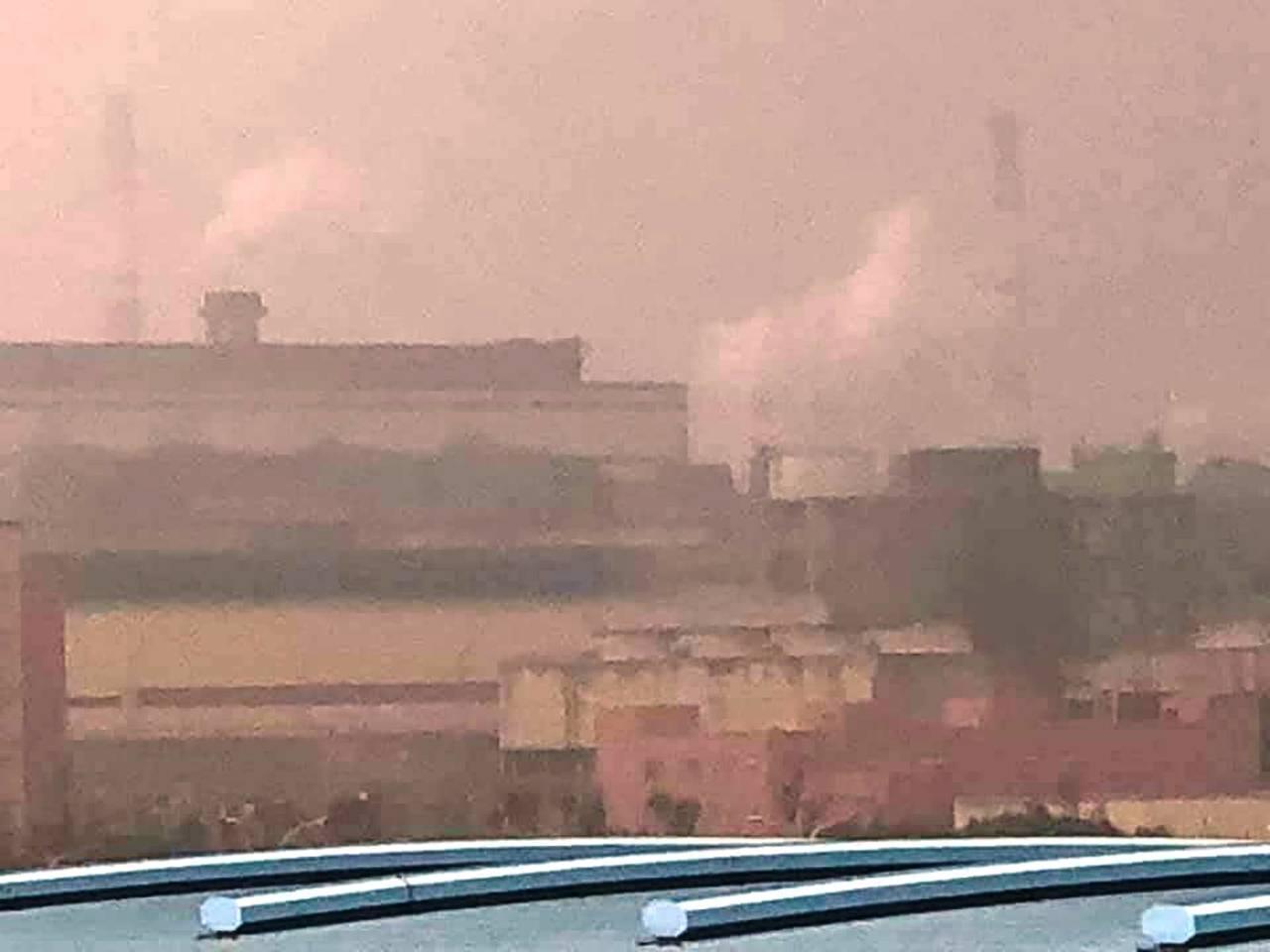 台中港區上午天空灰濛濛,網友臉書貼文貼圖顯示空污的出處,不少網友也踴躍留言。圖/...