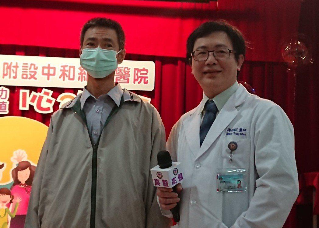 57歲的換心人蔣先生(左)5年前因心臟病變昏迷一度瀕死,為保命裝置電擊節律器,從...