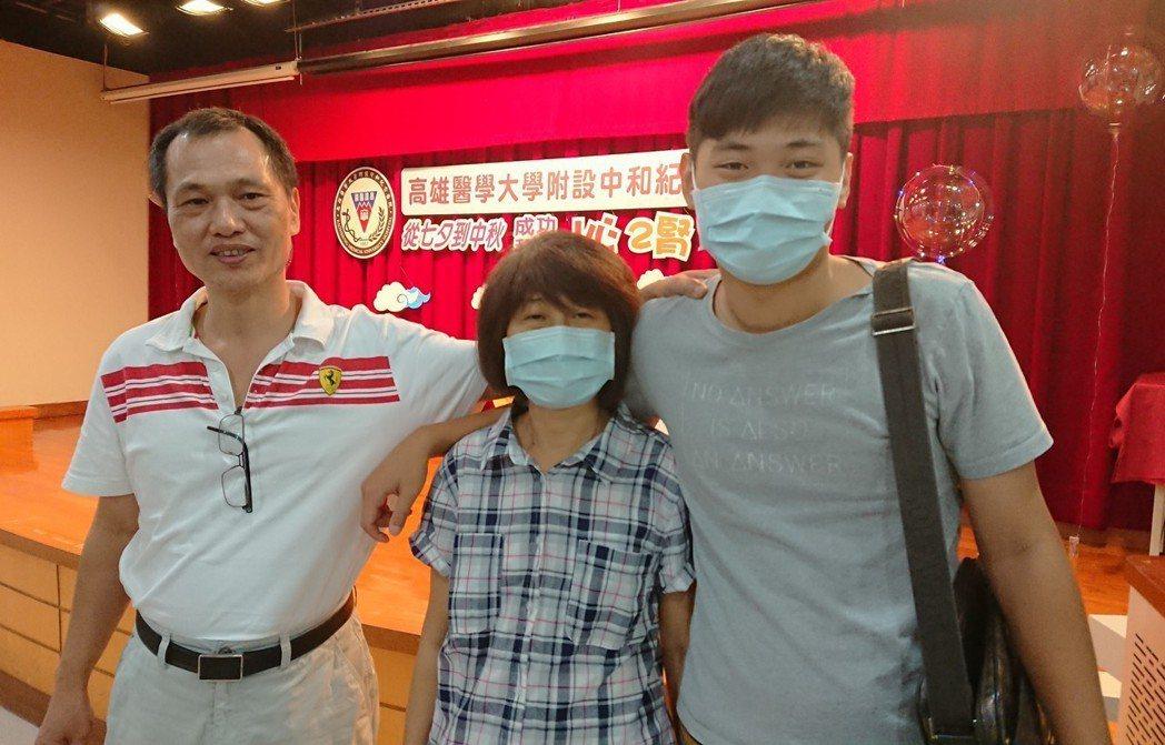 年僅23歲的張先生(右)捐出65%肝臟給母親王女士(左),術後母子體力恢復良好,...