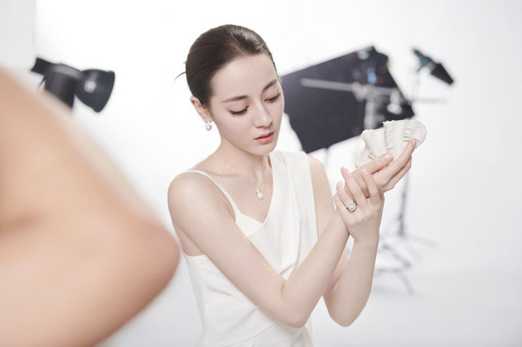 MIKIMOTO 亞洲代言人迪麗熱巴廣告拍攝幕後花絮。圖/MIKIMOTO提供